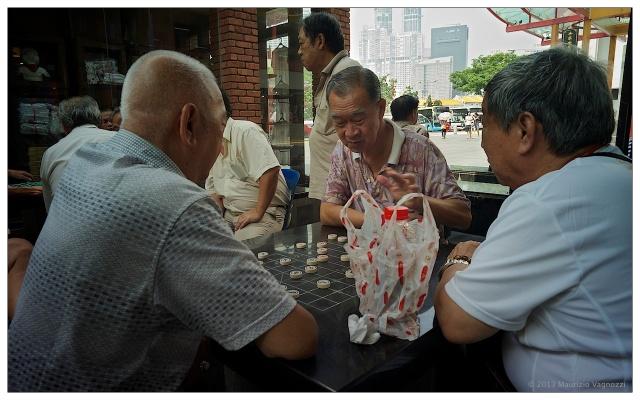 I vecchi giocano a dama, ovunque al mondo
